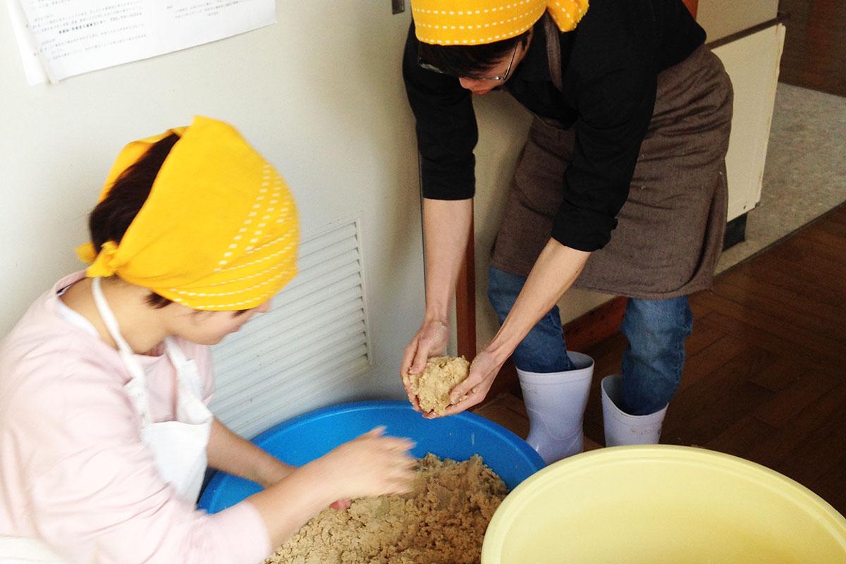 若者支援シェアハウス「人おこし」|自家製味噌作り